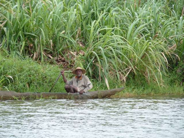 Malgré la pluie, les pêcheurs sont de sortie sur le canal des pangalanes.
